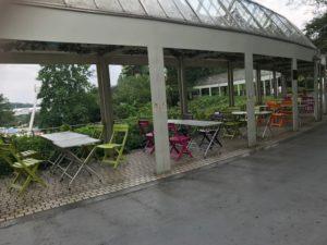 屋根付きのテーブル席